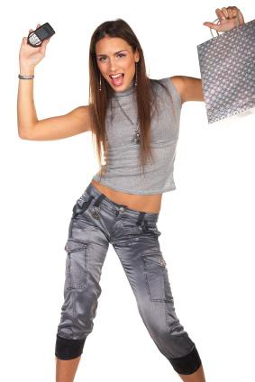 Ung tjej stoltserar med nyinköpt mobil
